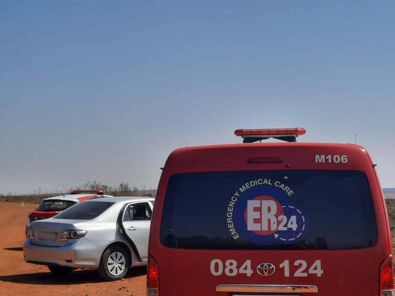 Noodvoertuie op die toneel Saterdag waar die lyke van twee mans met skietwonde in 'n voertuig in die Elandsfontein-omgewing aangetref is.  Foto: ER24