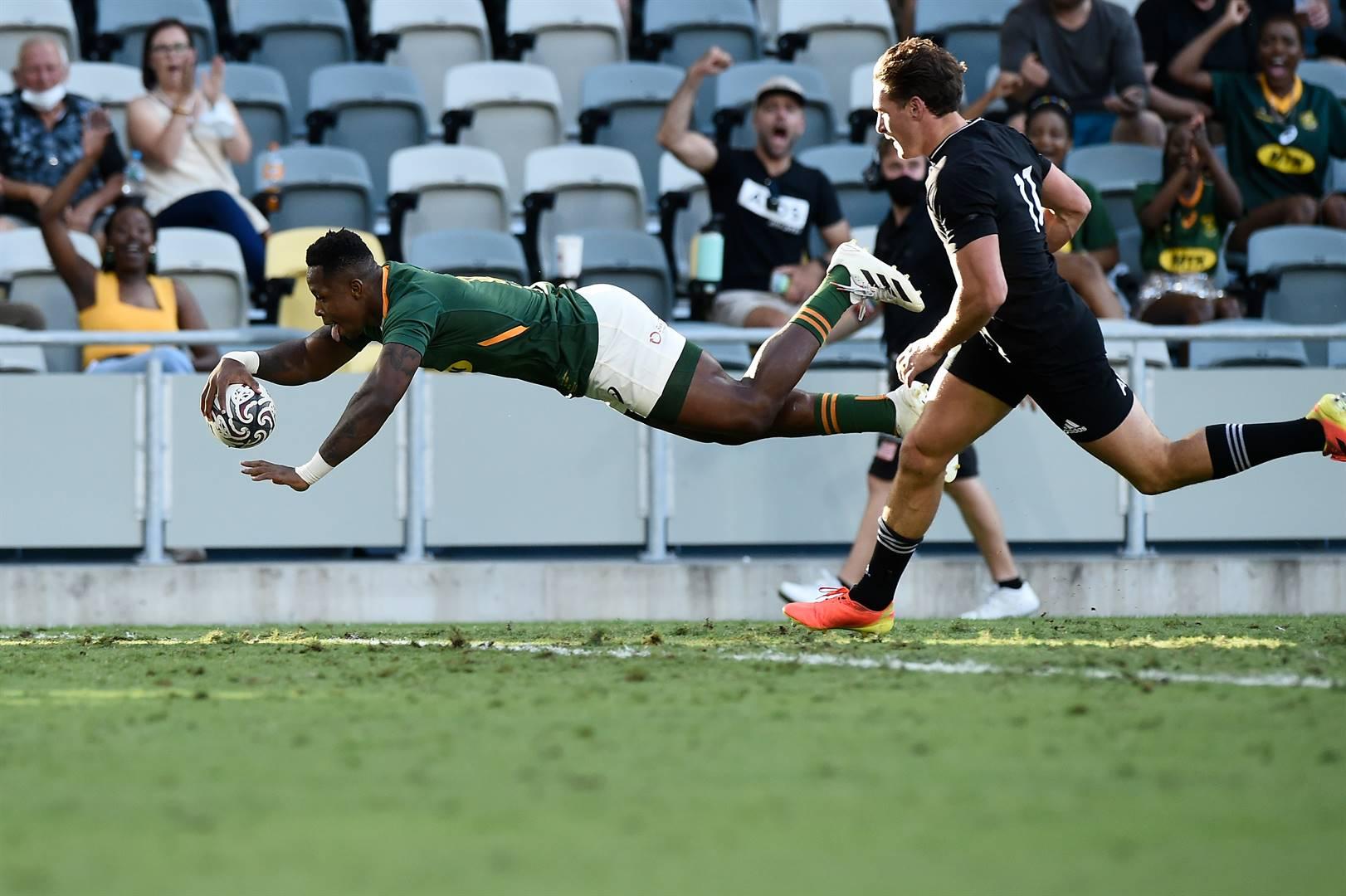 Sbu Nkosi duik oor die doellyn vir sy drie teen die All Blacks.  Foto: Getty Images