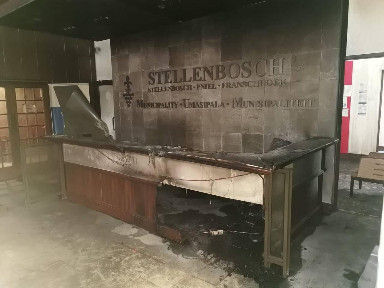 Die ontvangsarea van die Stellenbosch-munisipaliteit ná die brand Sondag. Foto: Verskaf