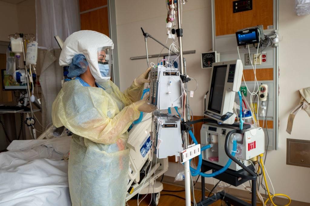 'n Covid-19-waaksaal in Amerika. Toe die foto geneem is, het die hospitaal 65 Covid-19-pasiënte in sy 515-bed-hospitaal gehad. Die meeste pasiënte was nie ingeënt nie.  Foto: Getty Images