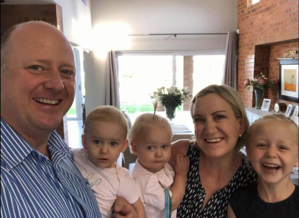 Dr. Graham Dickason, sy vrou dr. Lauren Dickason, en hul drie dogtertjies, die tweejarige tweeling Karla en Maya, en die sesjarige Liane. Foto: Facebook / Graham Dickason
