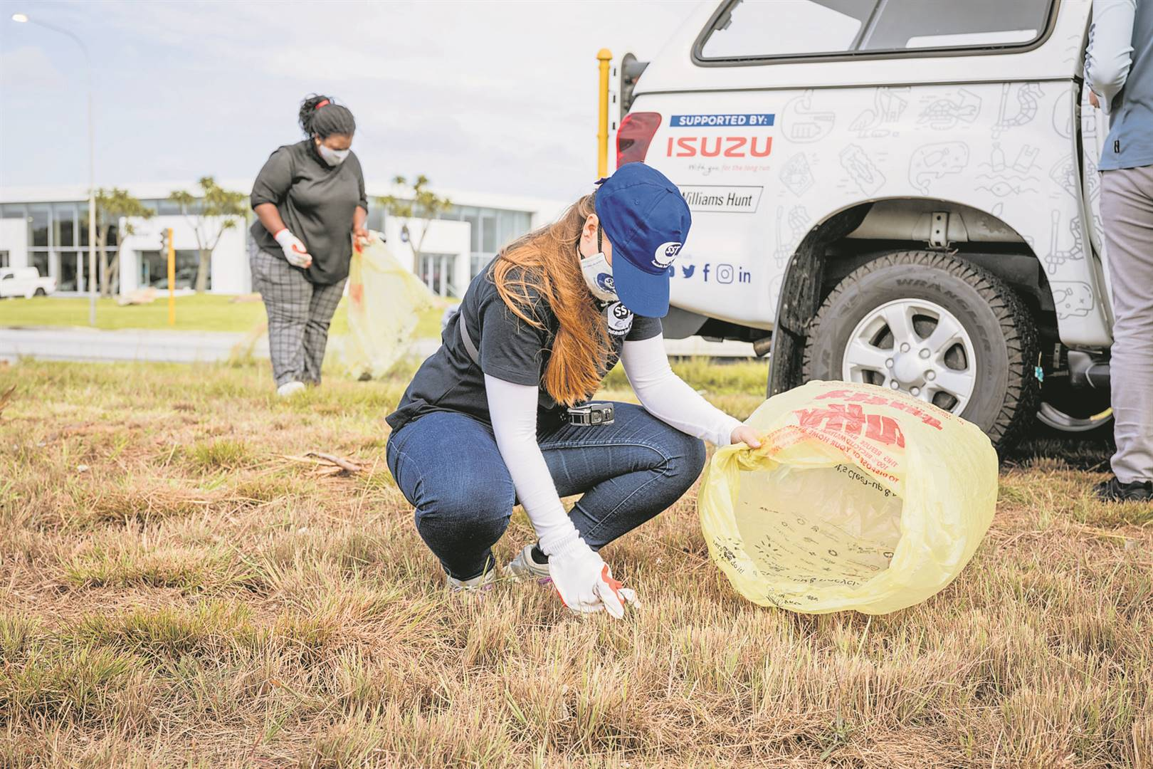 Operation Clean Spot Researcher, Tayla Gifford, clean up her adopted spot with the help of Chumisa Lujabe.
