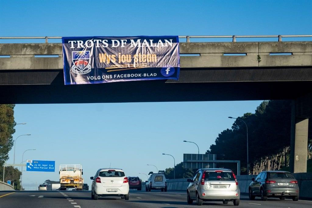 Die Trots D.F. Malan-drukgroep het in Augustus met dié banier oor die Lincolnstraat-brug oor die N1 in Bellville probeer steun werf dat die Hoërskool D.F. Malan sy 'Christelike, Afrikaanse identiteit' en naam behou.  Foto: Jaco Marais