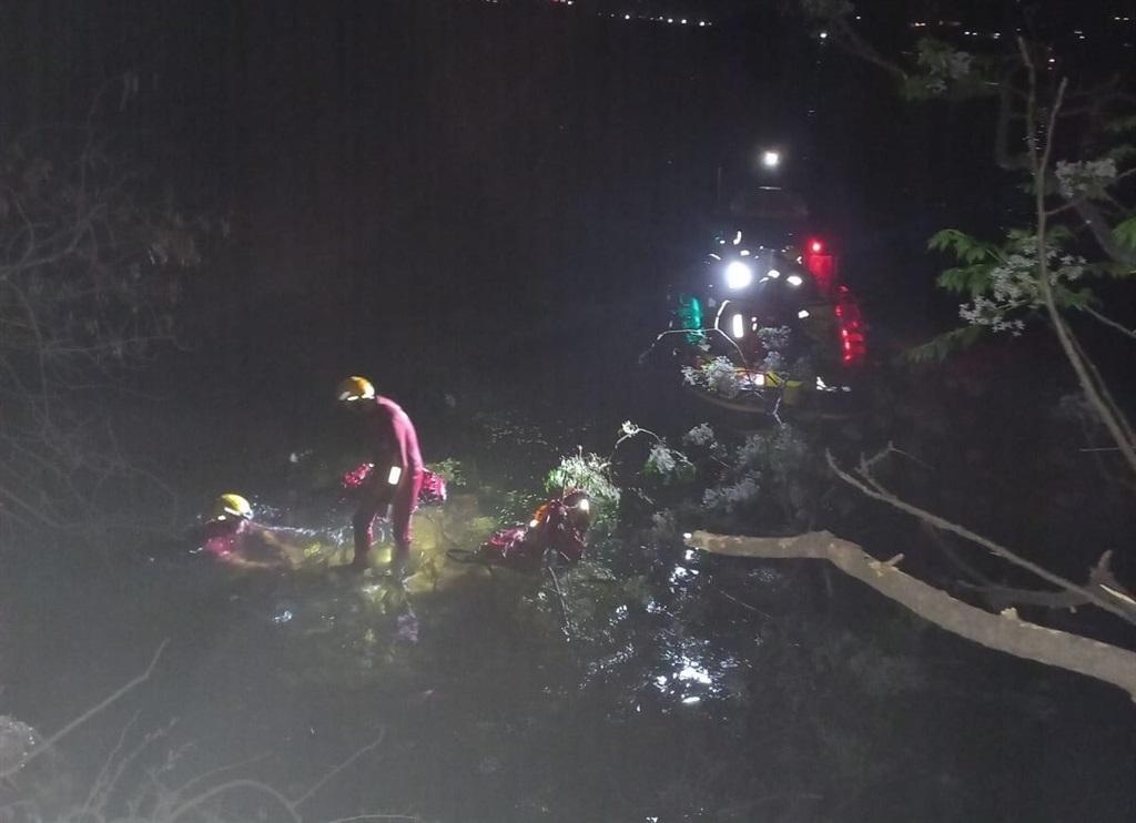 Reddingswerkers Maandagaand op die toneel waar 'n motor in die Hartbeespoortdam beland het. Foto: NSRI