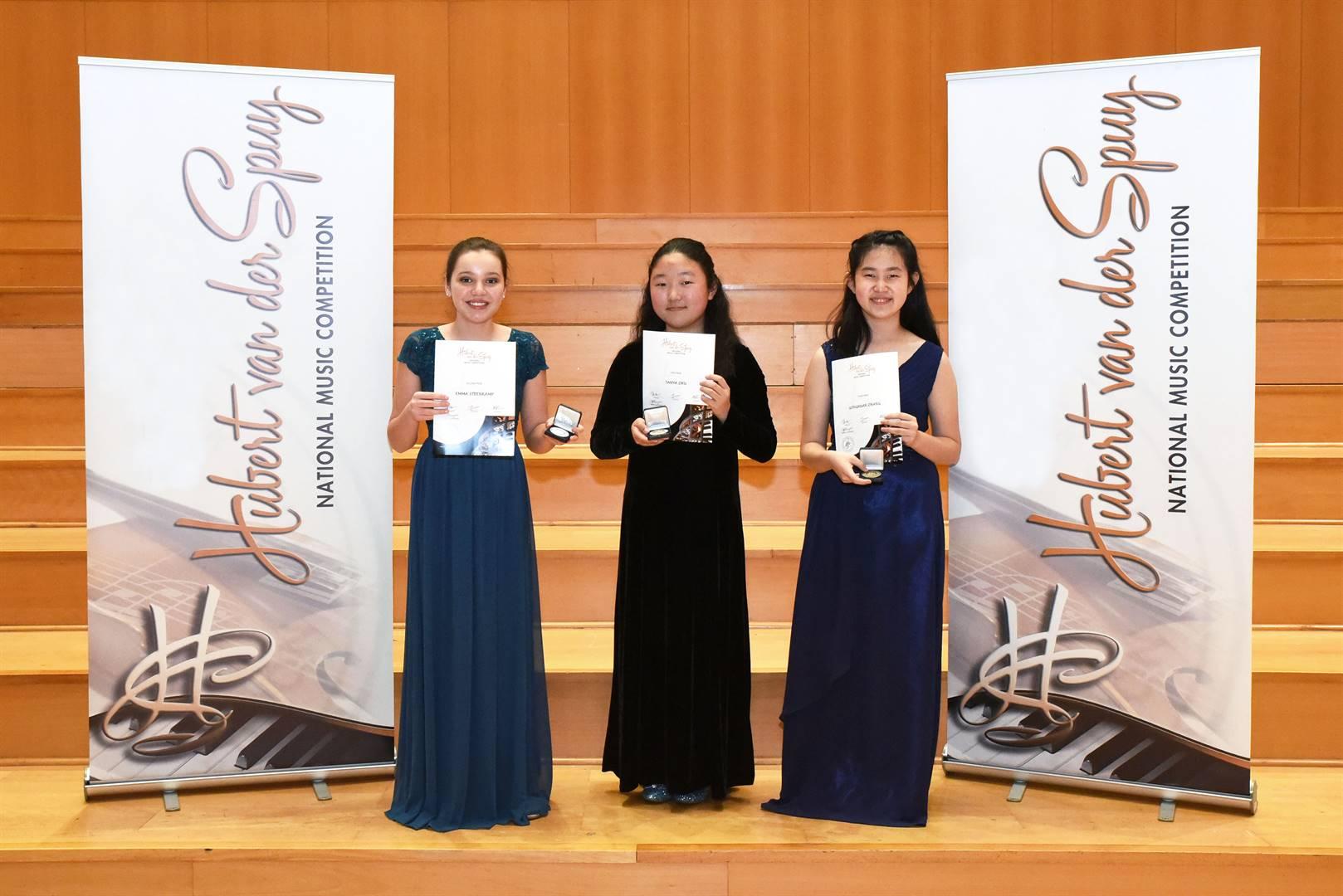 Die wenners van die 32ste Hubert van der Spuy Nasionale Musiekkompetisie is van links die violis Emma Steenkamp (tweede) en die pianiste Tanya Zhu (eerste) en Gongxuan Zhang (derde).  Foto: Verskaf