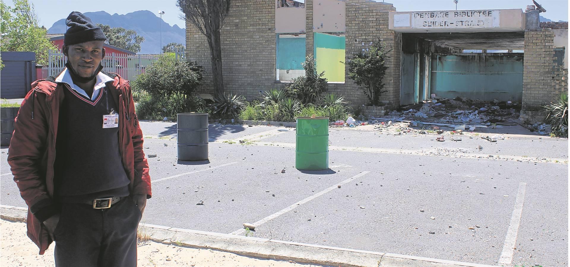 Lizo Mambakra van Byers Security Solutions, die maatskappy wat deur die Stad Kaapstad aangestel is om kriminele elemente van die Suiderstrand-biblioteek weg te hou.Foto: Yaseen Gaffar