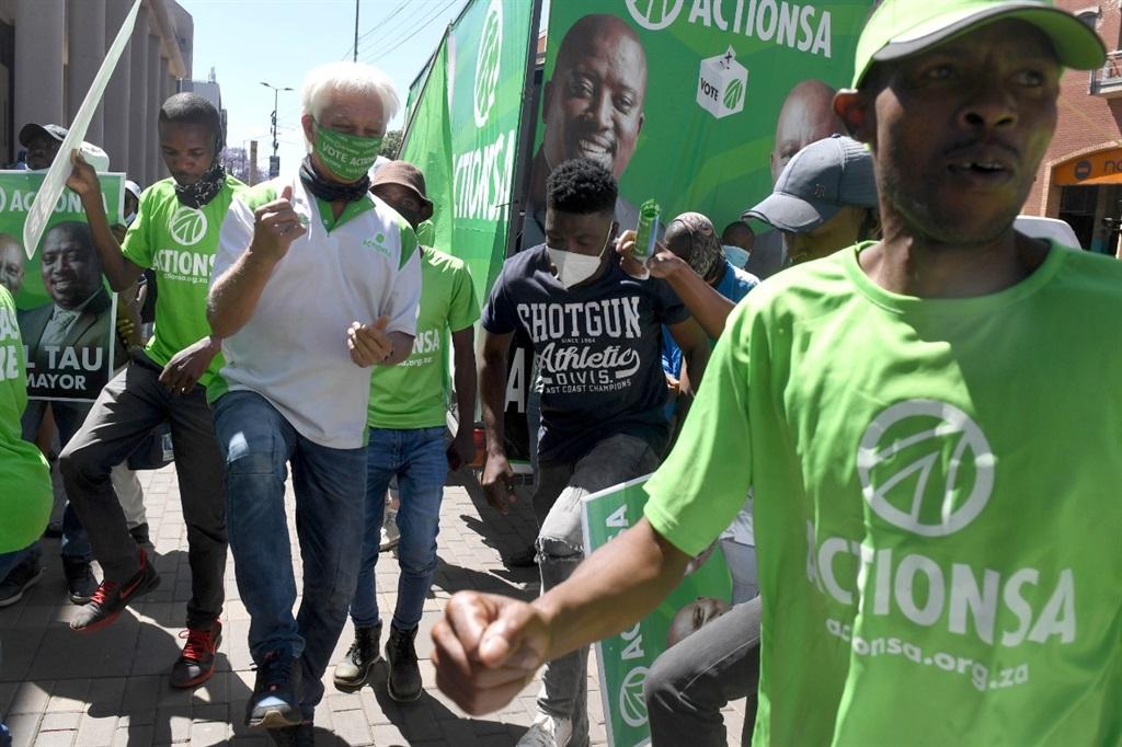 Ondersteuners van ActionSA Dinsdag buite Tshwane-huis in Pretoria. Mashaba wil Suid-Afrikaners saamsnoer om die ANC te verslaan.  Foto: Deaan Vivier