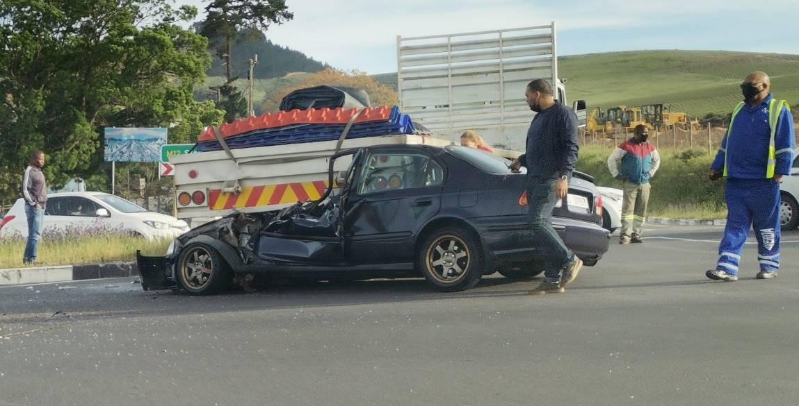 Die motorbestuurder het Woensdagoggend ligte beserings opgedoen nadat sy motor onder 'n vragmotor op die pad tussen Stellenbosch en Kuilsrivier beland het.   Foto: Twitter/Sipho Mahokoto