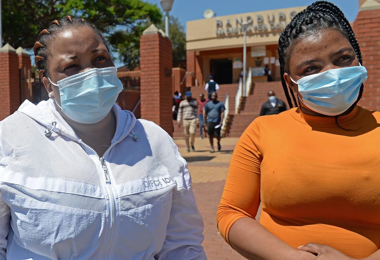 Nombulelo Ngcobo en Khetiwe Ndaba, onderskeidelik Bongumusa Wellington Ngcobo se suster en aanstaande skoonsuster, praat buite die landdroshof met Netwerk24.  Foto: Melinda Stuurman