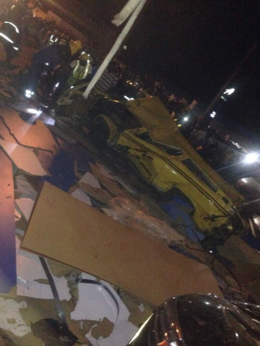 container falls on vehicles at Ojuelegba