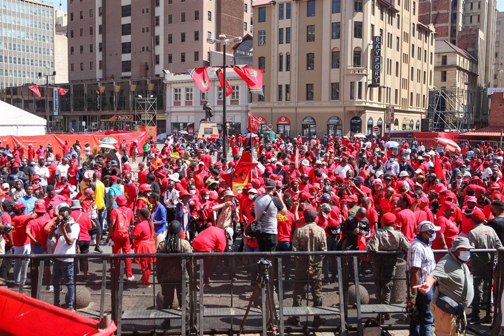 EFF-ondersteuners Sondag op Gandhi-plein in Johannesburg toe die party sy verkiesingsmanifes bekend gestel het. Foto: Gallo Images