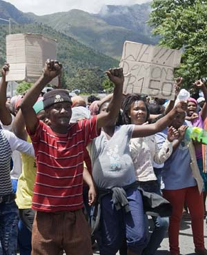 Striking farm workers demand that their daily wage