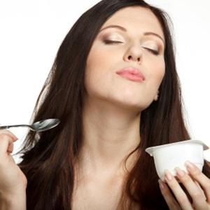 woman eating yoghurt to lower diabetes risk