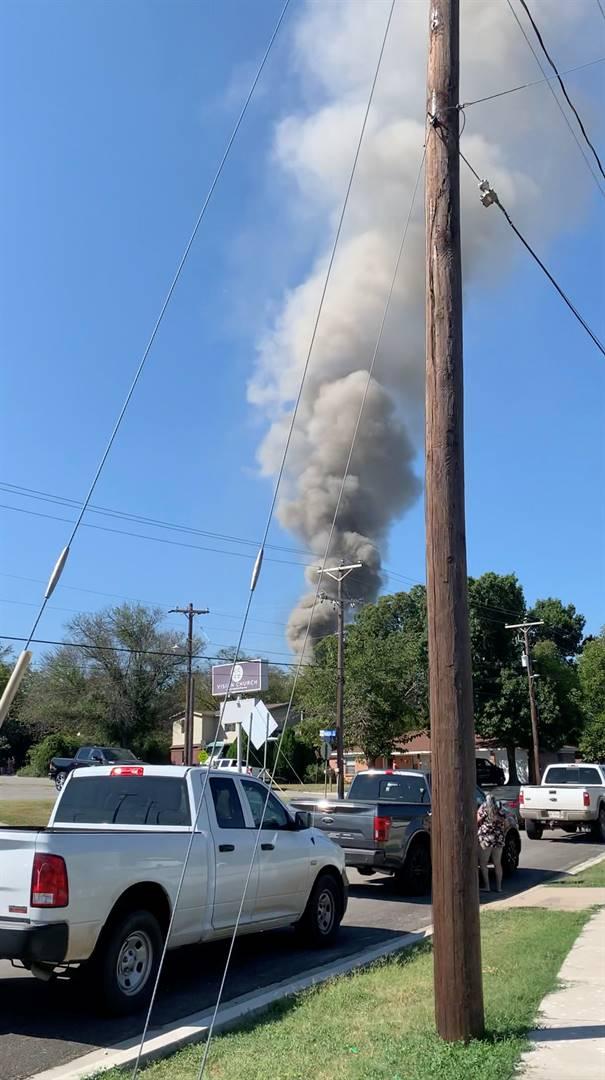 'n Rookwolk borrel uit die area in Lake Worth, Texas waar die vliegtuig neergestort het.  Foto: Jorge Moreno Jr/via Reuters