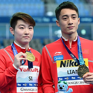 Gold medallists Yajie Si and Junjie Lian of China