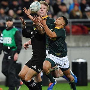 Herschel Jantjies competes with Aaron Smith (Getty Images)