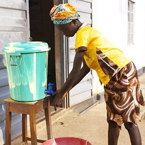 A girls washed her hands with chlorinated water to kill the Ebola virus. Sierra Leone, WHO