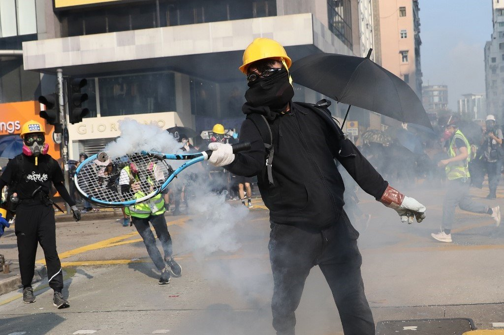 News24.com | WATCH | 'Hong Kong is my home': Protesters defy police, set up roadblocks