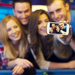 People may be spreading head lice by snapping selfies with friends. (Shutterstock)