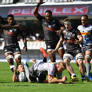 Louis Schreuder in pain after colliding with Johan du Toit (Gallo Images)