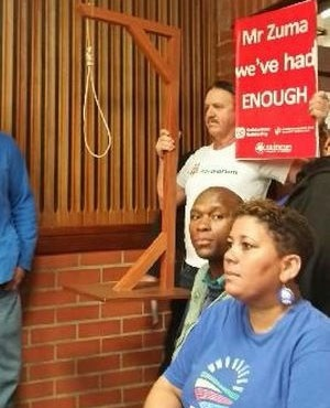 Nelson Mandela Bay Ratepayers Association head Kobus Gerber with a noose inside the PE Magistrate's Court (Derrick Spies, News24)