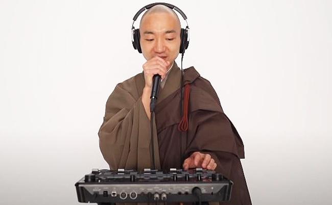 Yogetsu Akasaka. (Screenshot: Yogetsu Akasaka/YouTube)