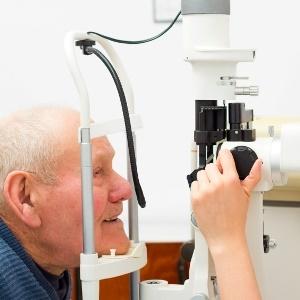 eye exam to diagnose cataracts