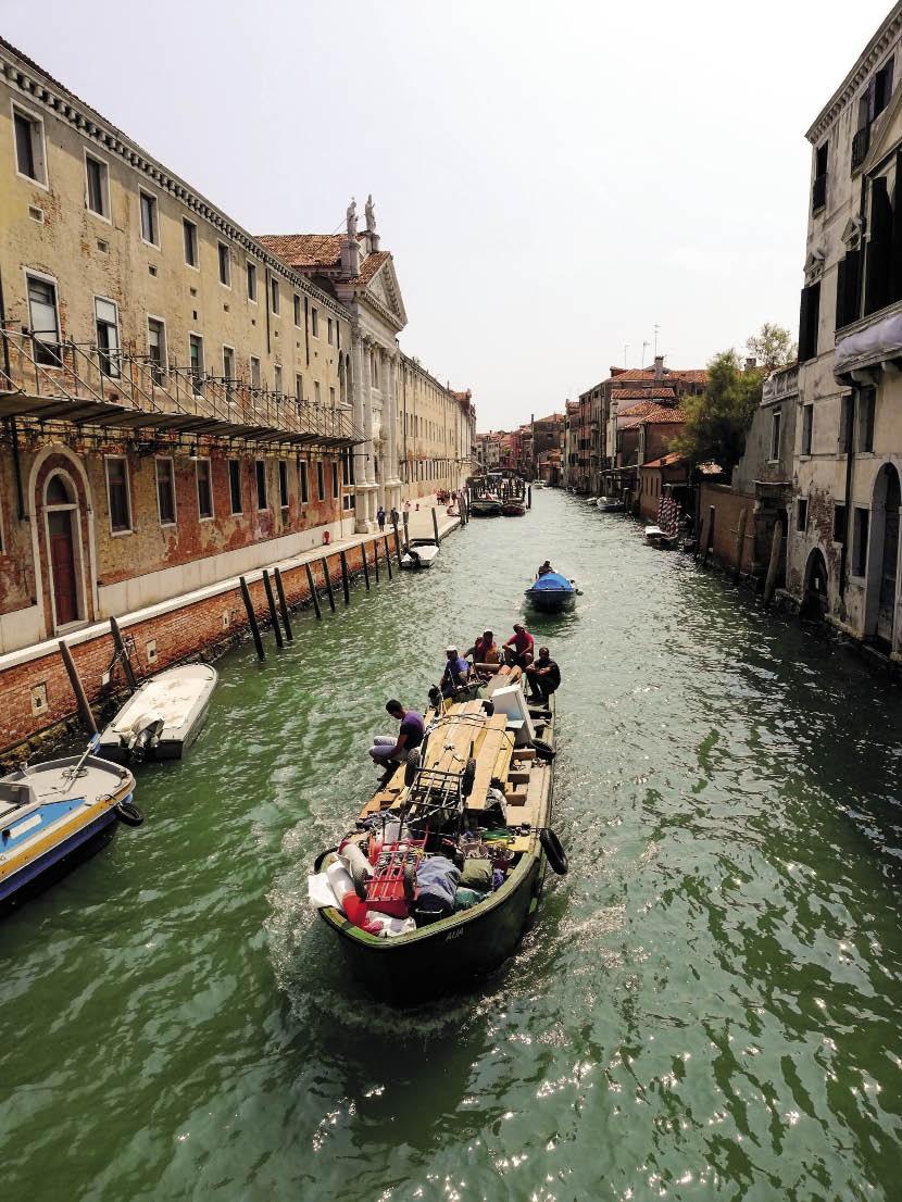 In Venesië, Italië, trek 'n mens sommer per boot