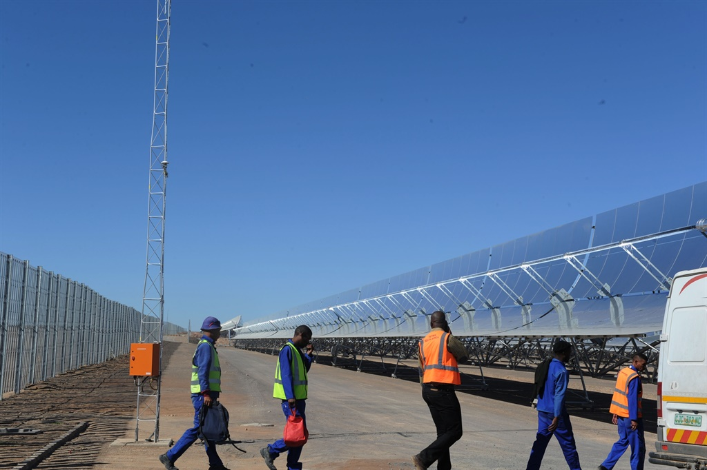 """2015.03.18lnx KaXu Solar One,near Pofadder,is the first solar thermal electricity (STE) plant in South Africa.It is also the biggest of its kind in the southern hemisphere.KaXu, which means """"open skies"""" in the local Nama language,will add 100MW of electricity from the sun to the national grid.Pick:Lucky Nxumalo  PHOTO:"""