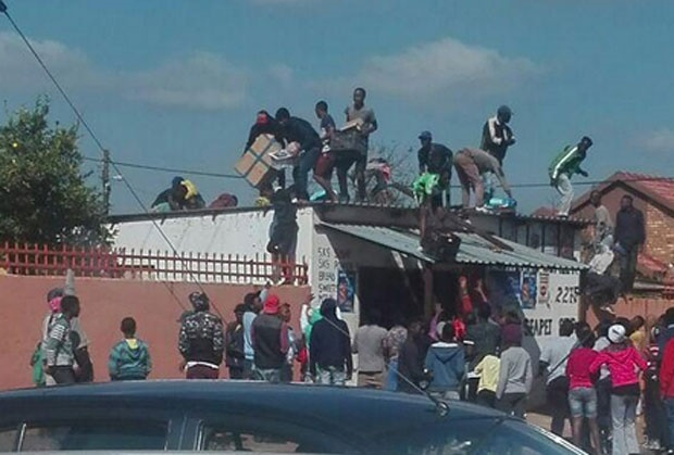 Image result for CAPE TOWN RIOTS LOOTING