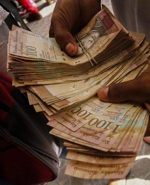 A Venezuelan man shows money as he crosses the border from San Antonio del Tachira to Colombia.  (Schneyder Mendoza, AFP)