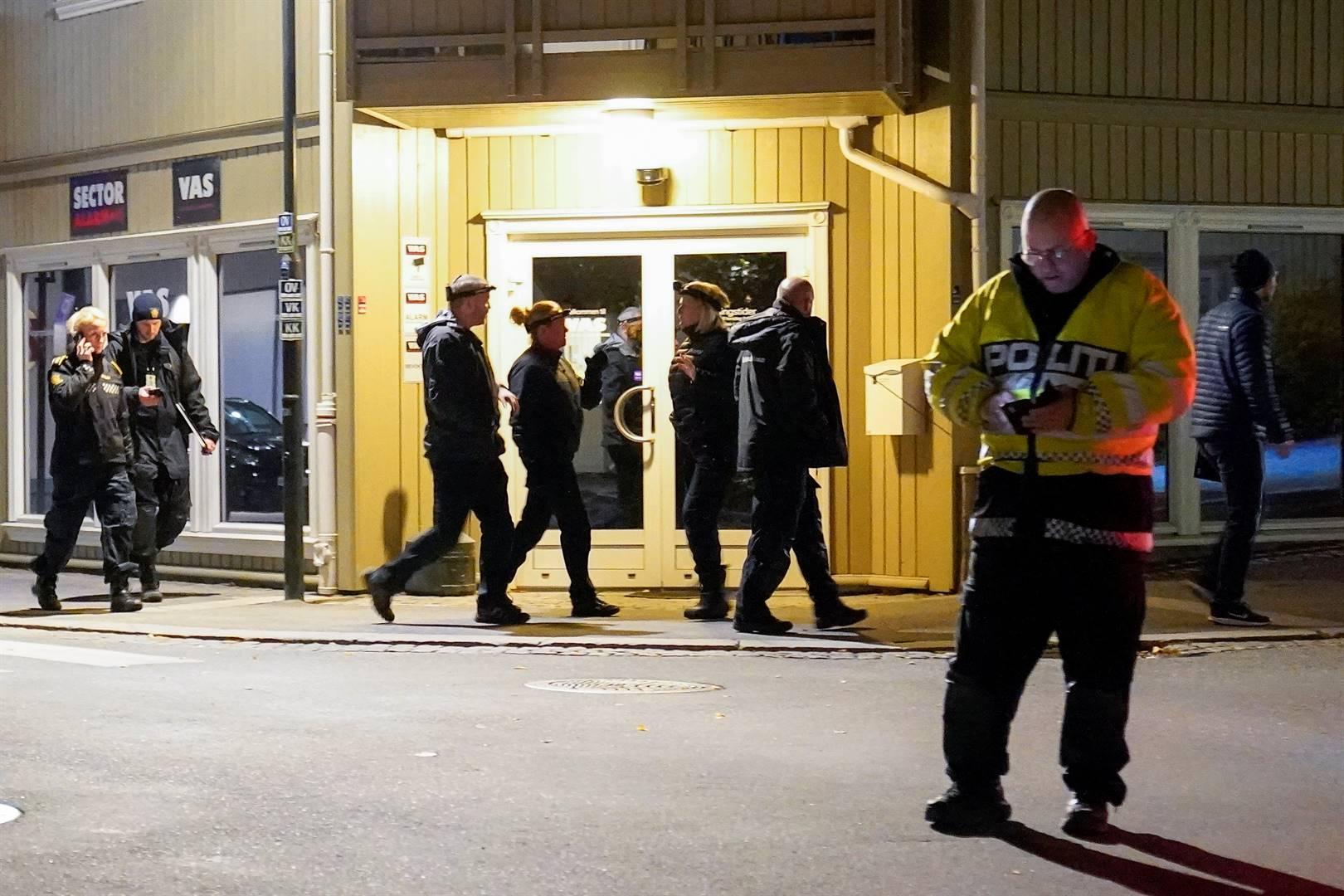 Polisielede op een van die misdaadtonele in Kongsberg, Noorweë, waar vyf mense vermoor is.  Foto: Reuters
