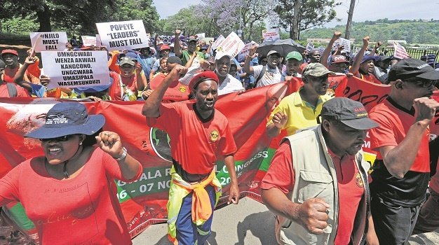 More than 500 Samwu workers marched from Dales Park to the city hall on Thursday to hand over a memorandum demanding their contracts with Msunduzi Municipality be renewed. The protesters trashed Church Street along the way.