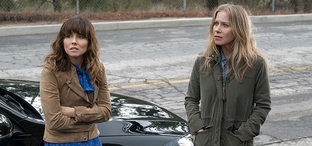 Linda Cardellini and Christina Applegate in a scene from 'Dead to Me'. (Netflix)