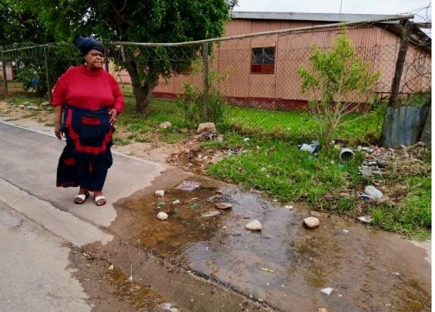 News24.com | Uitenhage gogo given runaround as thousands of litres of water flow down her street