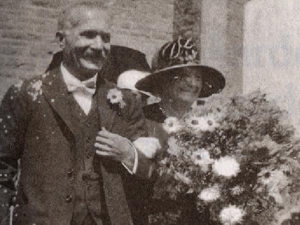 """CJ Langenhoven en """"Vroutjie"""" op hul dogter, Engela, se troue in 1926 op Oudtshoorn."""