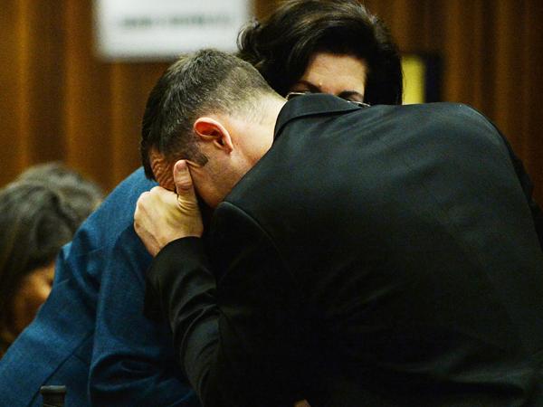 Oscar Pistorius kry ondersteuning van 'n onbekende persoon op die tiende dag van sy hofverskyning. (Foto: Phill Magakoe/Independent Newspapers/Sapa)