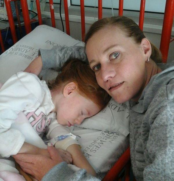 Chadé se ma, Charlotte, waak gereeld oor haar by die hospitaal. Foto: Verskaf