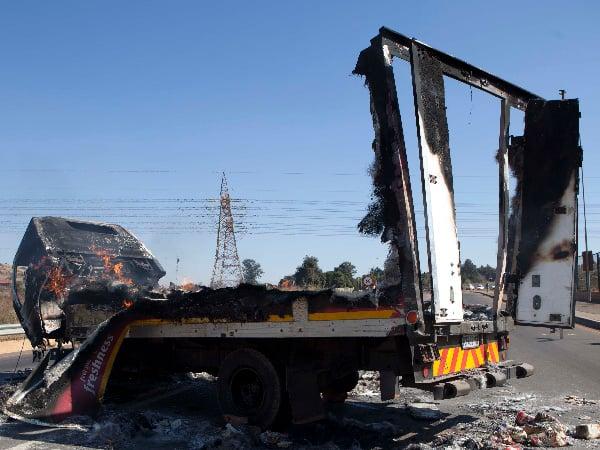 Dié broodtrok is op 22 Junie tydens #TswaneUnrest in Atteridgeville aan die brand gesteek. Foto: Ayanda Sitole (DRUM).