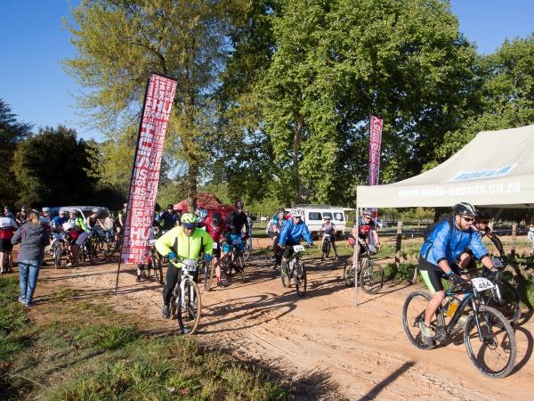 Stappers en fietsryers by vanjaar se twee Hope Hike- en Hope Bike-geleenthede op Stellenbosch en Skeerpoort. Foto: Verskaf