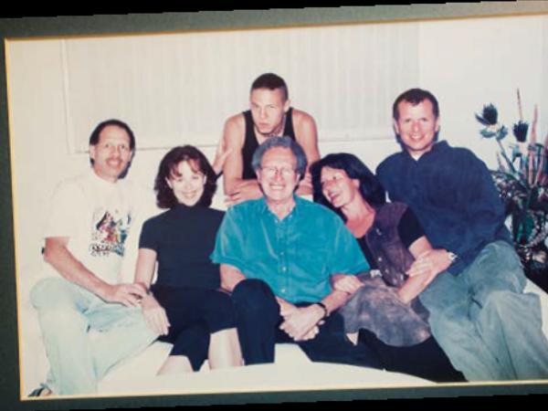 Omring deur al vyf sy kinders, (van links) Klem, Lani, Marcel, Nicolise en George, wat in 2001 oorlede is. Foto: Verskaf