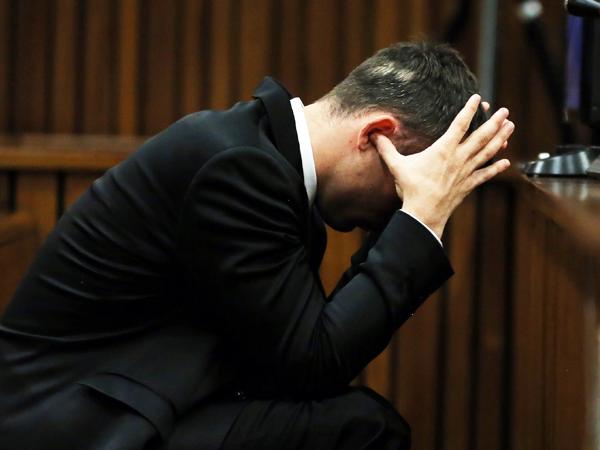 Oscar Pistorius druk sy ore toe tydens getuienis by sy moordverhoor op 7 April. (Foto: Themba Hadebe/AP/Sapa)
