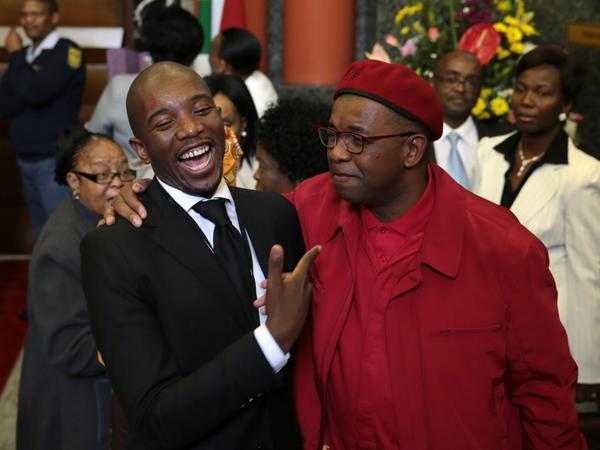 Die DA se Mmusi Maimane (links) en Dali Mpofu van die EFF skerts met mekaar. (Foto: Sapa)