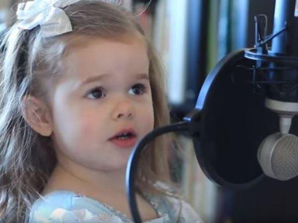 Die jonge Claire ken al die woorde van die Disney-treffer Part of Your World uit die 1989 rolprent The Little Mermaid. Foto: YouTube