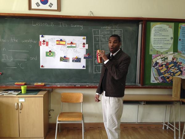 Joe Makka staan voor sy klas in Suid-Korea