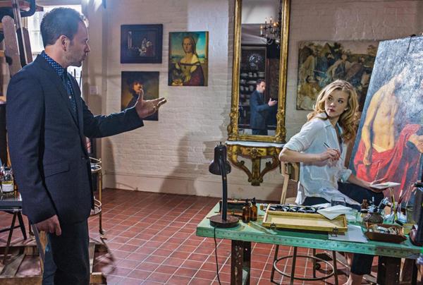 Sherlock Holmes (Jonny Lee Miller)en Irene Adler (Natalie Dormer) in Elementary.
