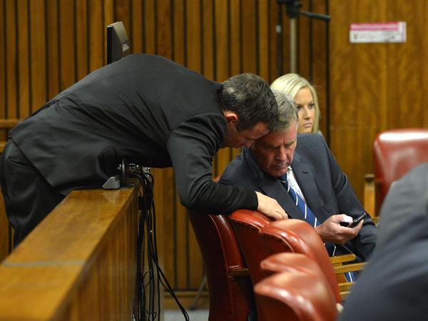 Oscar Pistorius konsulteer met sy prokureur Brian Webber. (Foto: Antoine de Ras/Independent Newspapers/Sapa)