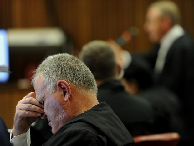 Adv. Barry Roux tydens adv. Gerrie Nel se slotbetoë. (Foto: Werner Beukes/Sapa)