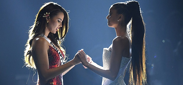 Catriona Gray of the Philippines and Tamaryn Green of South Africa. (Photo: Getty Images)