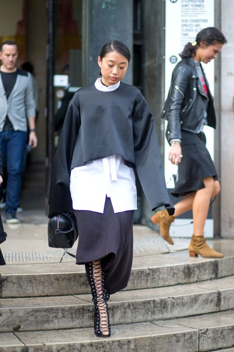 bell-sleeves-frayed-cuffs-fall-layers-cropped-sweater-crop-top-over-white-oxford-lace-up-shoes-boots-sewater-dress-skirt-hbz-street-style-paris-fashion-week-pfw-fall-fashion